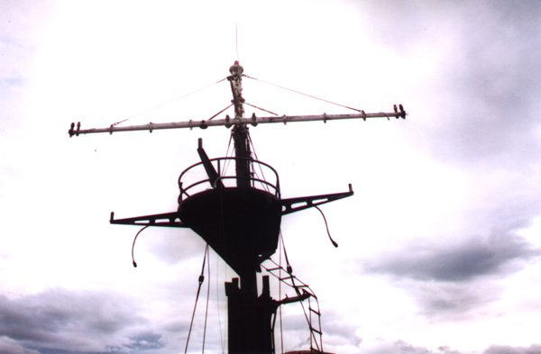 Advancing towards the stern, I looked up...the crows nest invited me to climb and observe the world from its perspective.As I wasn't an experienced rope climber, I didn't attempt it.